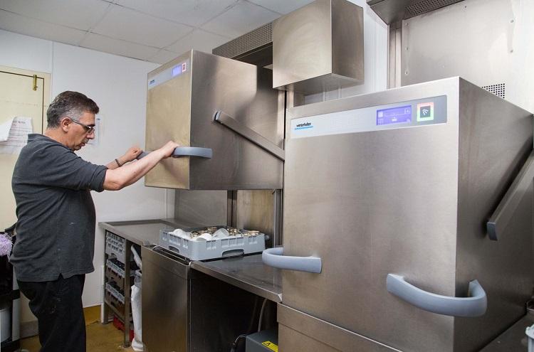 Higiene y seguridad con un lavavajillas industrial
