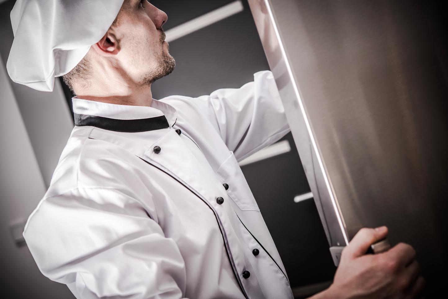 Chef abriendo una nevera
